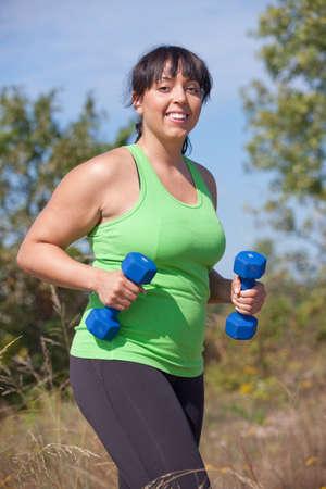 donne obese: Plus Size Female Sorriso esercizio all'aria aperta felice sotto Sunny Sky Blu Archivio Fotografico