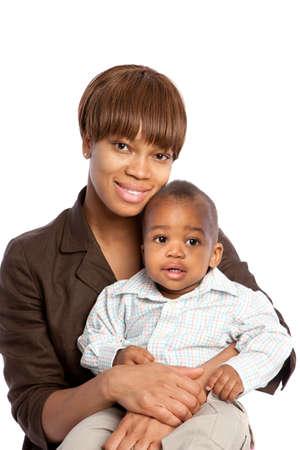 visage femme africaine: Sourire africaine American Boy b�b� maman holding isol� sur fond blanc Banque d'images