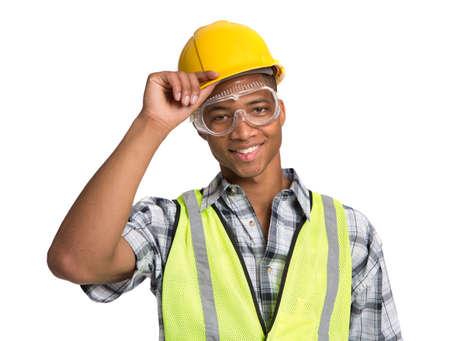 dělník: Usmívající se mladý African American stavební dělník drží přilba portrét