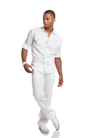 modelos hombres: Aspecto natural joven africano americano Moda modelo masculino en el fondo aislado