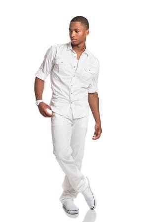 african student: Naturale Guardando Giovani African American Male Fashion Model su sfondo isolato