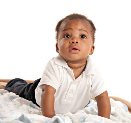ni�os africanos: felices 3 meses de edad de �frica muchacho americano beb� que gatea retrato