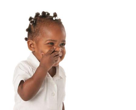 trenzas en el cabello: Tres a�os adorable ni�a afroamericana con la cara Trenzado Cubriendo risa en el fondo blanco