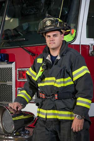 voiture de pompiers: Pompier debout jeune dans le portrait camion de pompier devant