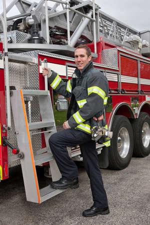 camion pompier: Jeune Pompier debout Beau portrait en camion de pompier devant