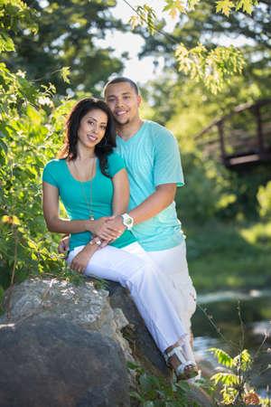 verlobt: Young Hispanic Couple Engagement Picture Outdoor Portrait Gegenlicht von River