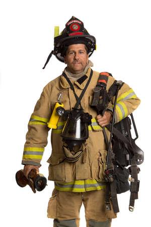 uniforme: Bombero holding m�scara y traje de protecci�n completo AIRPACK sobre fondo blanco aislado