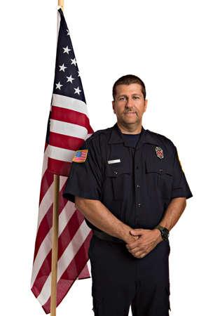 пожарный: Военнослужащие Пожарный Постоянный Половина тела портрет перед американским флагом Изолировать на фоне лозы