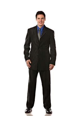 persona de pie: Hombre de negocios joven que sonr�e Longitud de cuerpo completo en aislar el fondo blanco