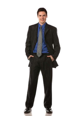 cuerpo hombre: Hombre de negocios joven que sonr�e Longitud de cuerpo completo en aislar el fondo blanco