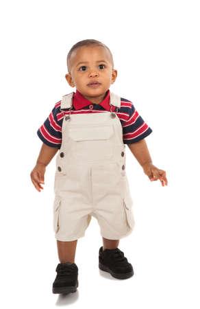 ni�o parado: 1-a�os de edad, de pie african american boy con expresi�n curiosa mirando a la c�mara