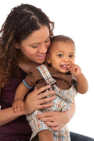 mama e hijo: African American Boy Sonriendo feliz madre y del beb� aislado en el fondo blanco Foto de archivo