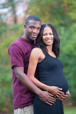 homme enceinte: Couple Noir S'attendant Grossesse Portrait en plein air Banque d'images