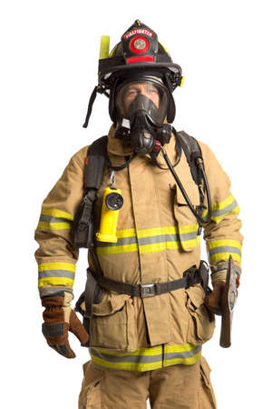 пожарный: Пожарный холдинга маски и Airpack полностью защитном костюме держит топор на белом фоне