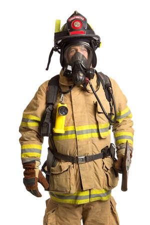 departamentos: Bombero holding m�scara y traje de protecci�n total AIRPACK sosteniendo el hacha sobre fondo blanco aislado