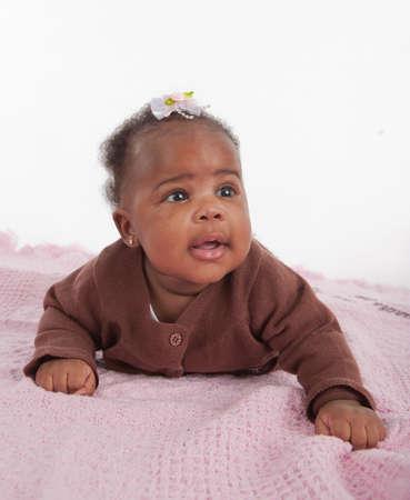 bebe gateando: Sonrisa feliz de 3 meses de beb? africano American Girl se arrastra en el fondo blanco