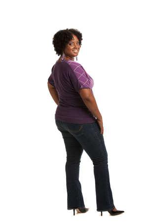 mujer cuerpo completo: Alegre joven afroamericano Tallas Mujer de cuerpo completo Retrato de cuerpo entero en el fondo blanco aislado