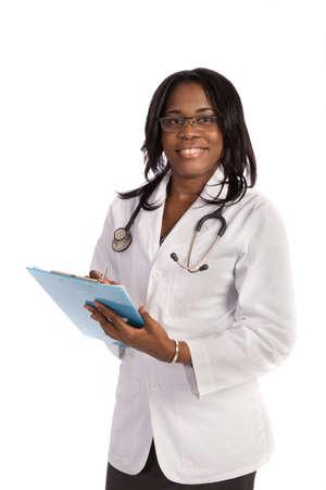 bata de laboratorio: African American médico escrito en el portapapeles fondo blanco aislado