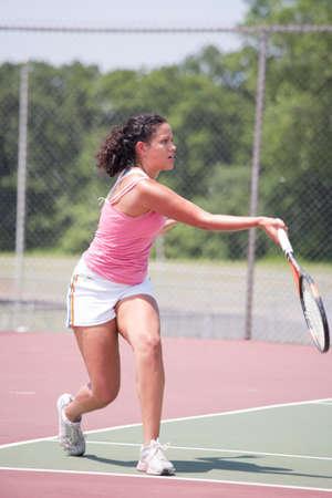 jugando tenis: Afroamericano joven tenista jugar al aire libre