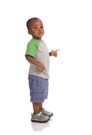 ni�os caminando: 2 a�os ni�o de pie llevar traje casual aislados en fondo blanco Foto de archivo