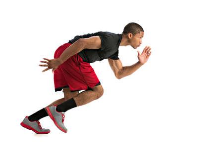 hombres corriendo: Joven Atleta Sprinting afroamericano aislada sobre fondo blanco