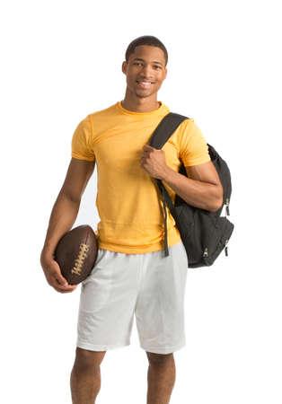 deportista: Feliz estudiante universitario del afroamericano con fútbol sobre fondo blanco aisladas