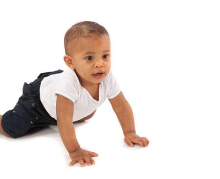 bebe gateando: Feliz Un a�o africano americano beb� que se arrastra en el fondo aislado