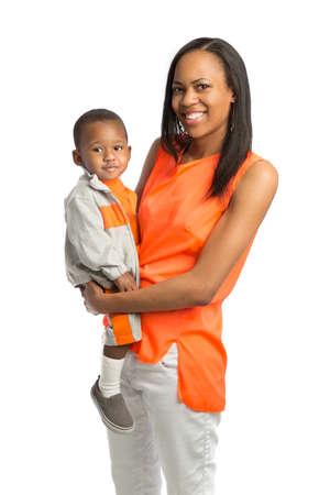 mujeres africanas: Retrato sonriente mamá que celebra al pie aislado en fondo blanco