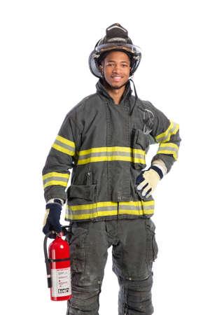 bombero de rojo: Afroamericanos Bombero sosteniendo el extintor de fuego joven en el fondo blanco aislado