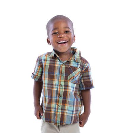garcon africain: De 2 ans garçon afro-américain sourire expression sstanding usure tenue décontractée isolé sur fond blanc