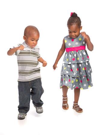 danza africana: Sonriente joven afroamericano Hermano y hermana retrato aislado en blanco Baile Antecedentes Juntos