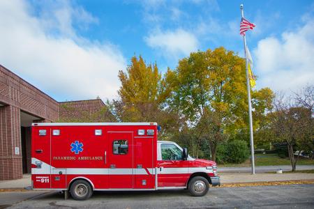 ambulancia: Ambulancia Paramédico fuera de la estación de bombero bajo el cielo azul Editorial