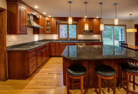Ecke neu fertig Küche mit Granit-Arbeitsplatte aus Massivholz Schrank und Boden Edelstahl-Kühlschrank Standard-Bild