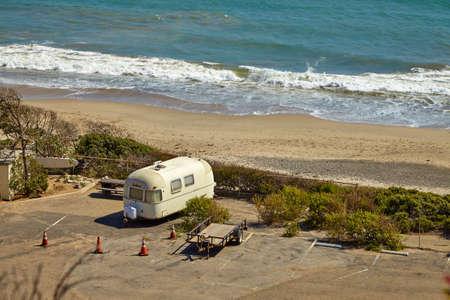 マリブ ビーチのキャンプ サイトにビンテージ アメリカ モバイル ホーム