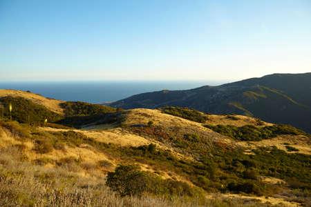 Vue panoramique sur les prairies, les collines et le ciel à Malibu Creek State Park, California Banque d'images - 57390886