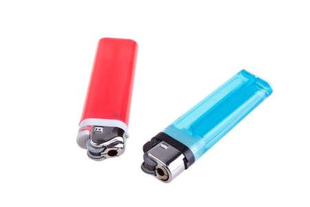 encendedores: encendedores azules y rojos aislados sobre fondo blanco. Foto de archivo