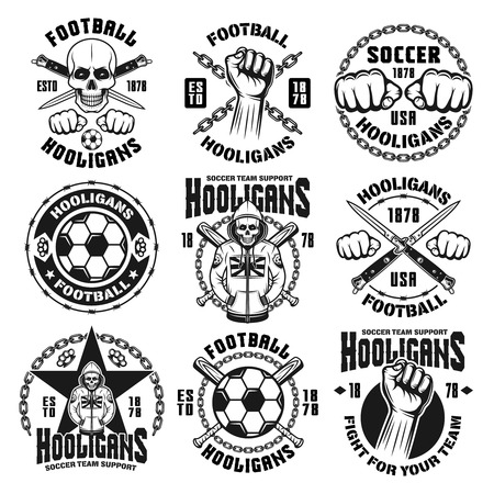 白い背景に隔離されたヴィンテージモノクロスタイルの9つのベクトルサッカーやサッカーフーリガンと盗賊のエンブレム、バッジ、ラベルやロゴの
