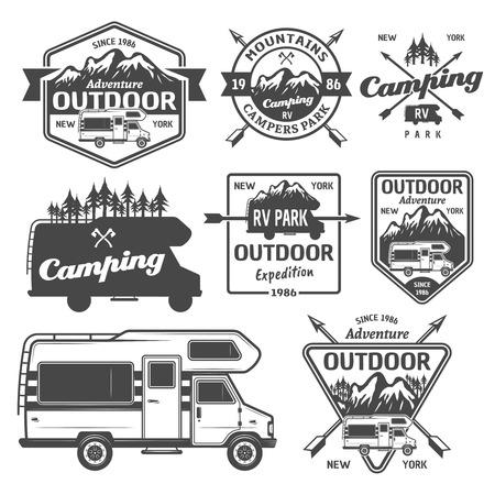 Set di campeggio rv, attività ricreative all'aperto con montagne e etichette monocromatiche di vettore di camper van, emblemi, distintivi ed elementi di design isolati su priorità bassa bianca