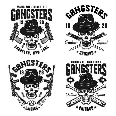 Gángsters conjunto de cuatro emblemas monocromos vectoriales, insignias, etiquetas o estampados de camisetas con calavera en sombrero y arma aislado sobre fondo blanco. Ilustración de vector