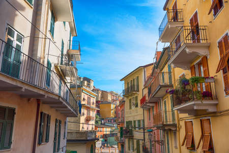 Picturesque view of the colorful houses along the main street in a sunny day in Manarola. Manarola is one of the five famous villages in Cinque Terre (Five lands) National Park. Liguria, Italy, Europe 免版税图像