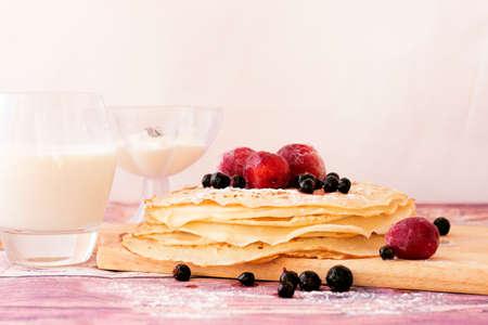 ケフィア (バターミルク) のスタックは、ブラックカラント、プラム、牛乳、サワー クリームを加えたとパンケーキします。ロシアのパンケーキ週の
