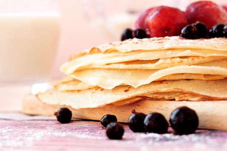 黒スグリの実と木の板のクローズ アップに梅とバターミルクパン ケーキ。