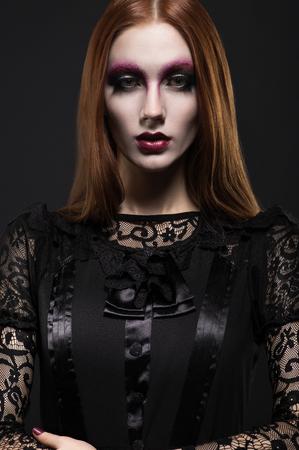 ojos negros: Retrato de la muchacha g�tica con los ojos negros en la ropa oscura