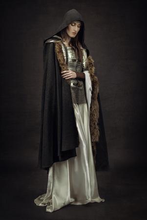 中世の服の美しい少女戦士