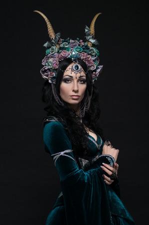 medievales: Fantas�a elfa hermosa en la corona de flores y vestido medieval Foto de archivo