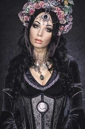 vestido medieval: Fantasía elfa hermosa en la corona de flores y vestido medieval Foto de archivo