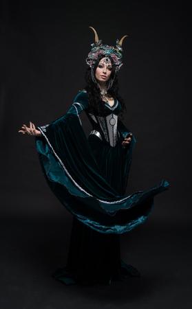 vestido medieval: Fantas�a elfa hermosa en la corona de flores y vestido medieval Foto de archivo