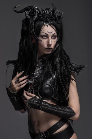 Vrouw dark elf warrior Stockfoto