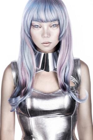 donna Alien in costume futuristico d'argento Archivio Fotografico