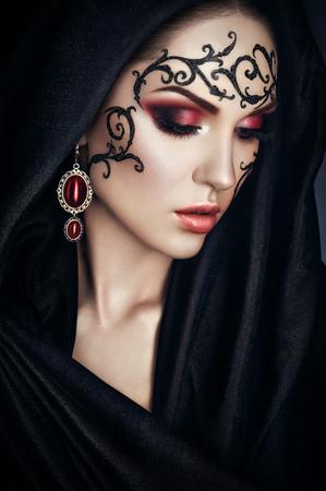 후드와 검은 망토에 레이스 얼굴 - 아트와 아름다움 초상화